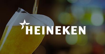 Gezeigt wird das Logo von Heineken und ein volles Bierglas im Hintergrund.