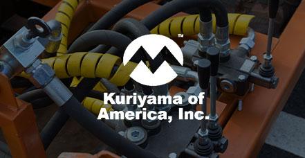 Gezeigt wird das Logo von Kuriyama of America sowie eine Maschine im Hintergrund.
